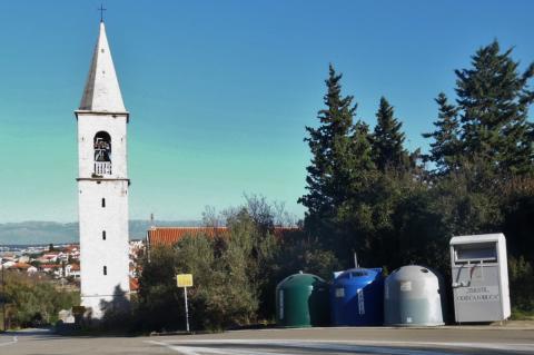 Čistoća u Sutomišćici postavila prve spremnike za odvojeno prikupljanje otpada