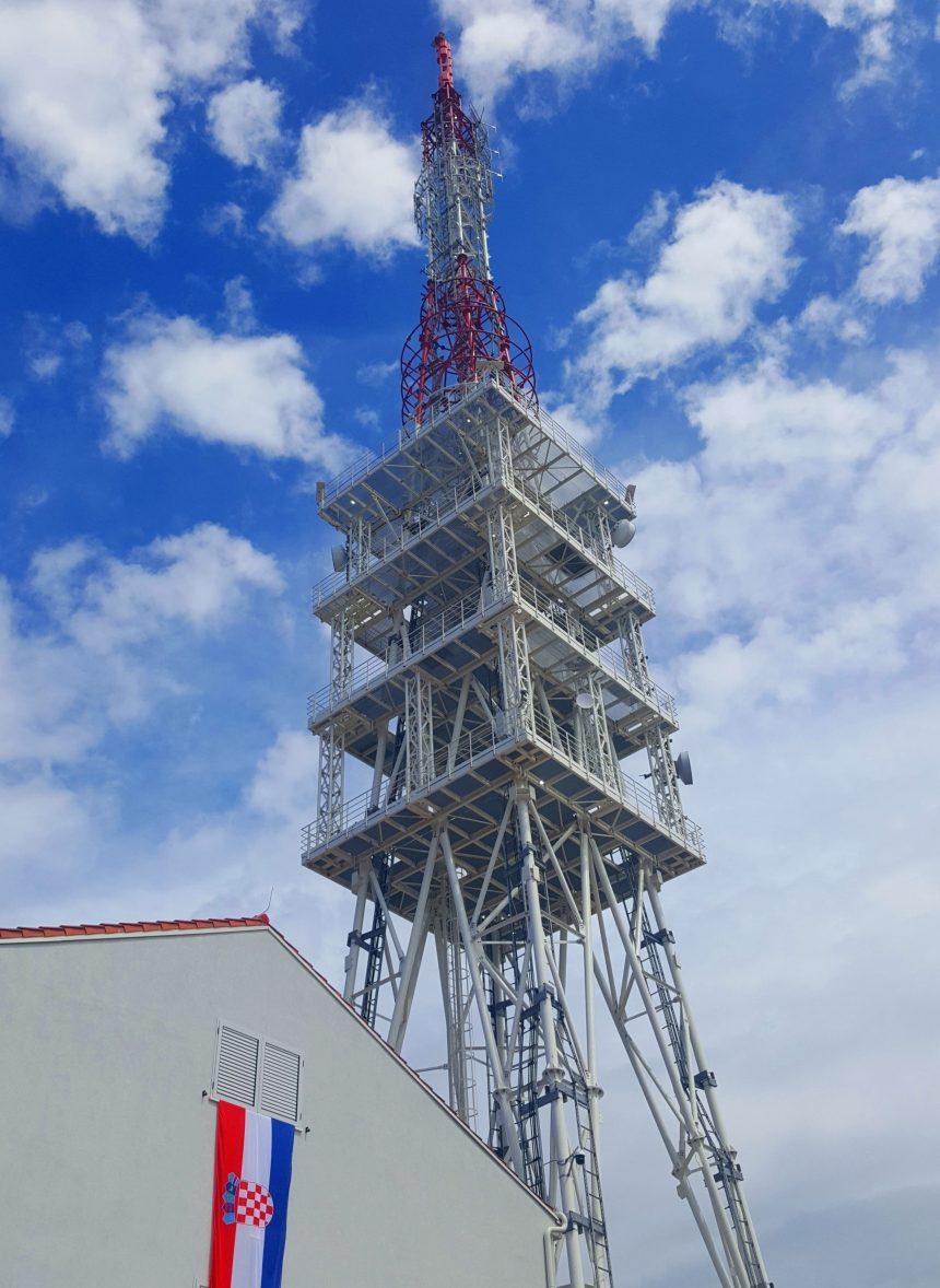 """Pušten u rad novoizgrađeni antenski stup tvrtke """"Odašiljači i veze"""" na brdu Mala Glava na otoku Ugljanu"""